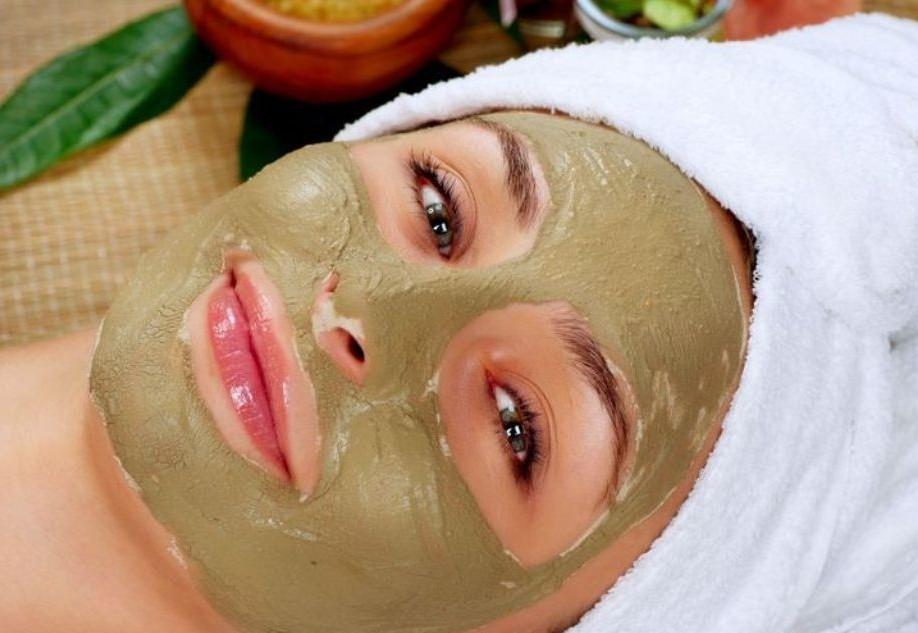 нанесение маски из бадяги на кожу лица